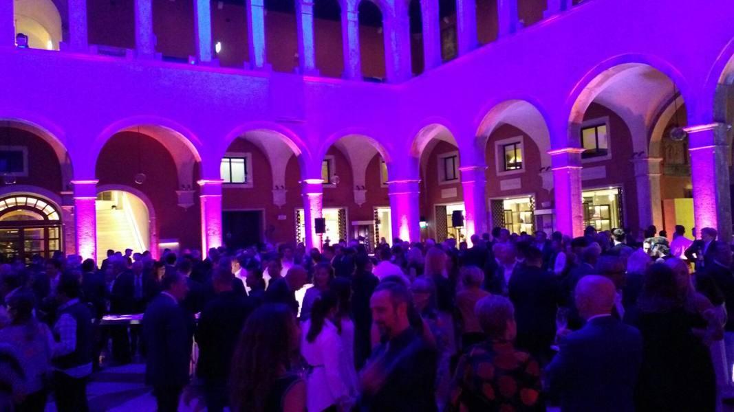 Musica, luci soffuse, prosecco e vip In mille per il mega-party al Fondaco