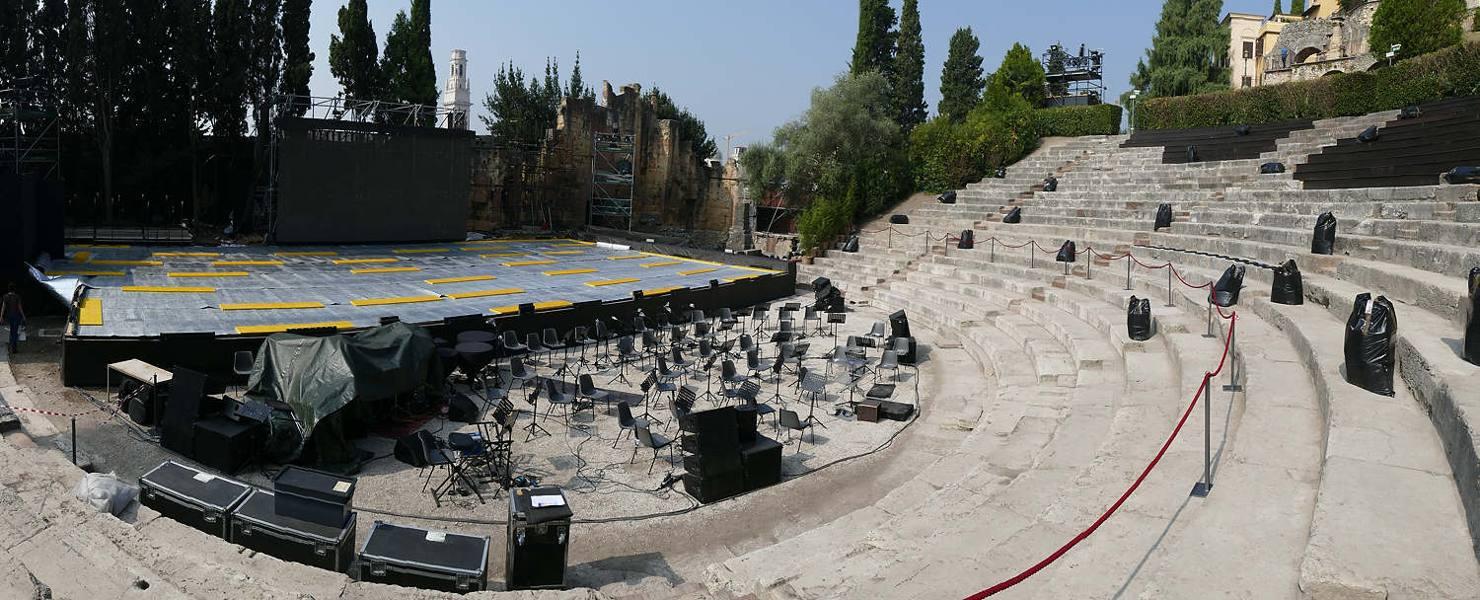 Pista di ghiaccio al Teatro Romano per una festa privata: è polemica