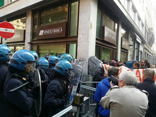 Padova, uova e striscioni contro Salvini