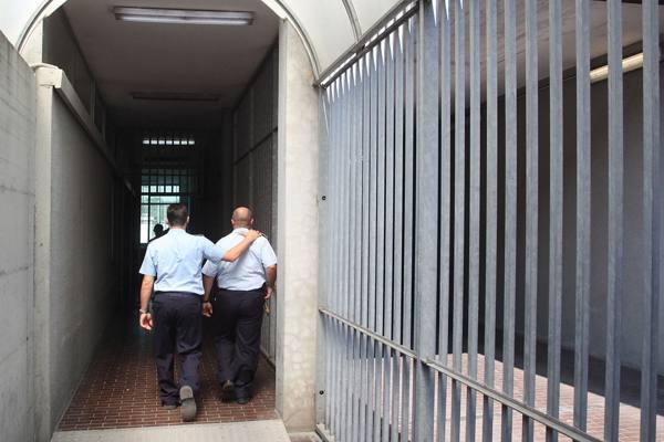 Ha documenti falsi e picchia agenti, senegalese 47enne arrestato