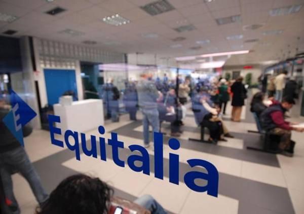 Deve saldare bollette per 26mila euro Impiegato Equitalia gli paga la spesa