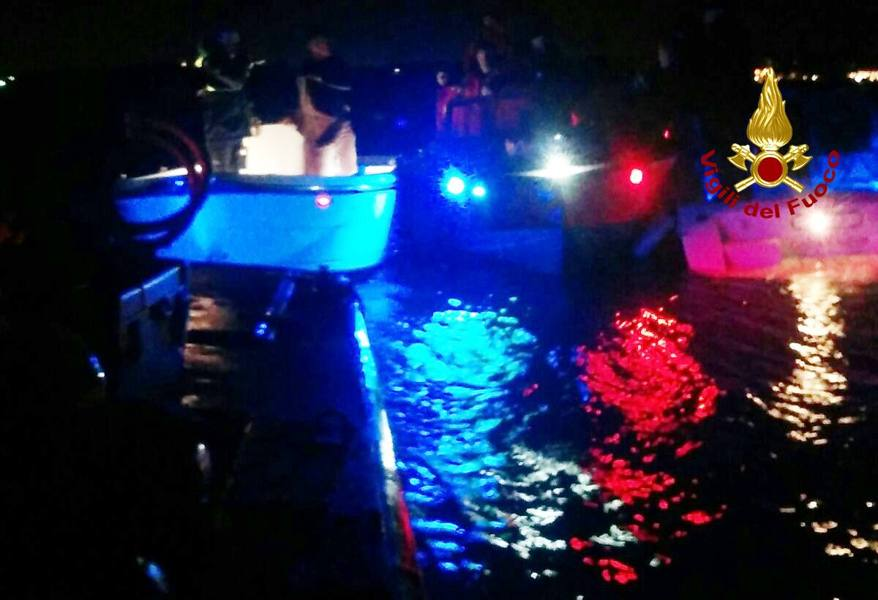 Incidente con la barca, coppia in mare Salvati dai vigili del fuoco