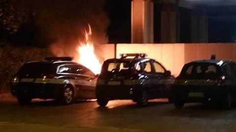 In fiamme due auto della polizia locale ipotesi rogo doloso, indagini in corso