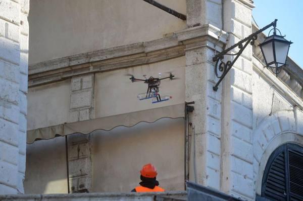Drone sbatte contro il Campanile poi cade in piazza San Marco