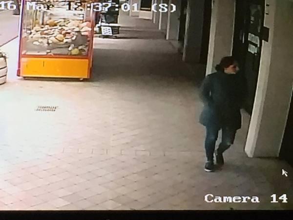 Finge un malore per distrarlo Complice gli ruba Rolex da 30mila euro