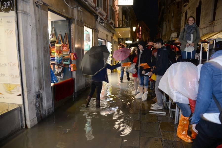 Si rompe il tubo dell'acquedotto, allagata Lista di Spagna