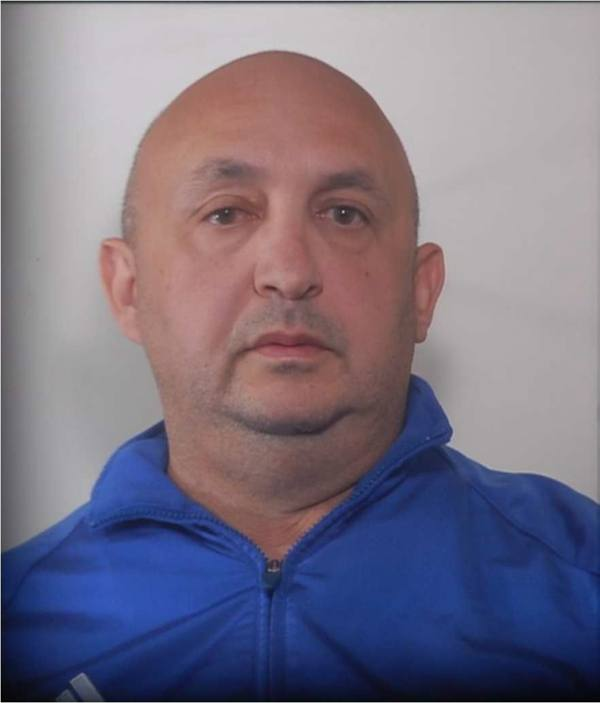 Pusher picchia, rapina e ricatta un manager, arrestato