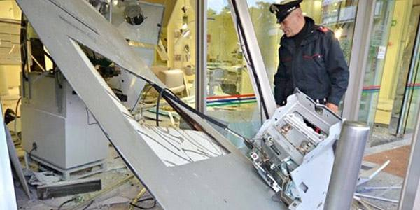 Colpo «perfetto» al bancomat Esplosione e fuga con 130 mila euro
