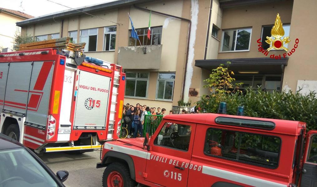 Prende fuoco un computer, evacuata la scuola