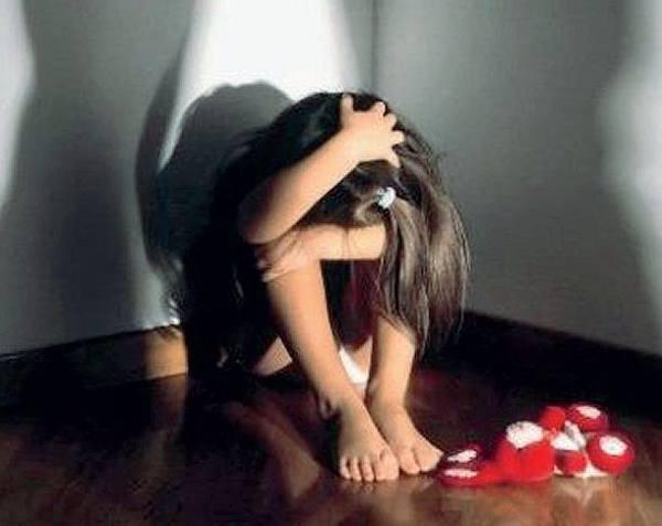 Abusa della figlia di quattro anni Impiegato allontanato da casa