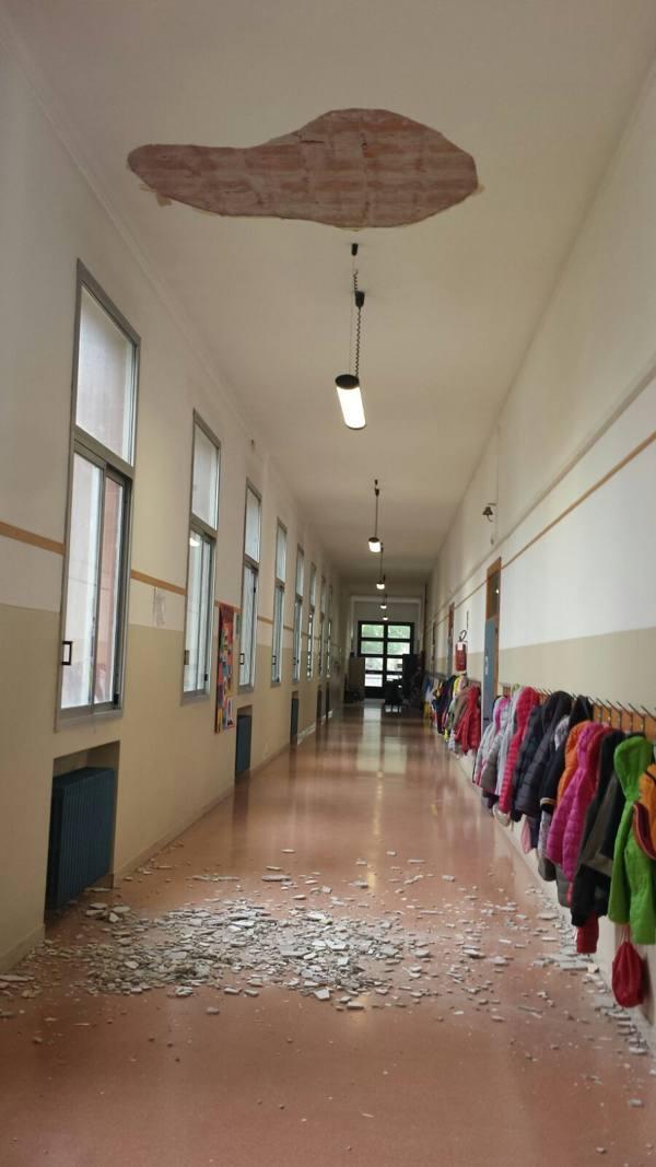 Crolla l'intonaco, cede controsoffitto Altre due tragedie sfiorate a scuola