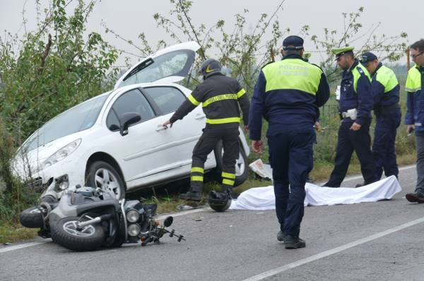 Auto contro scooter, muore a 61 anni