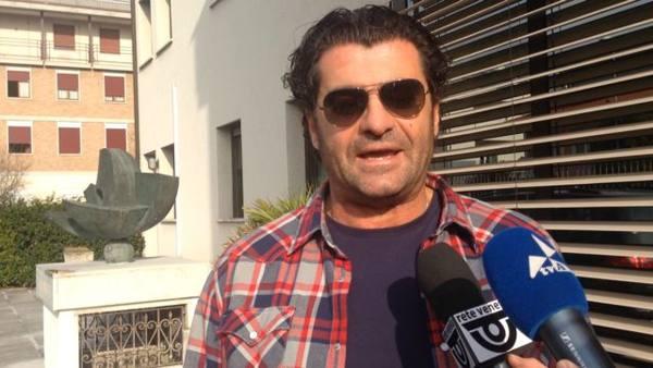 Tomba va a riprendersi la PandaEd è show con i giornalisti: 'Vi accanite'