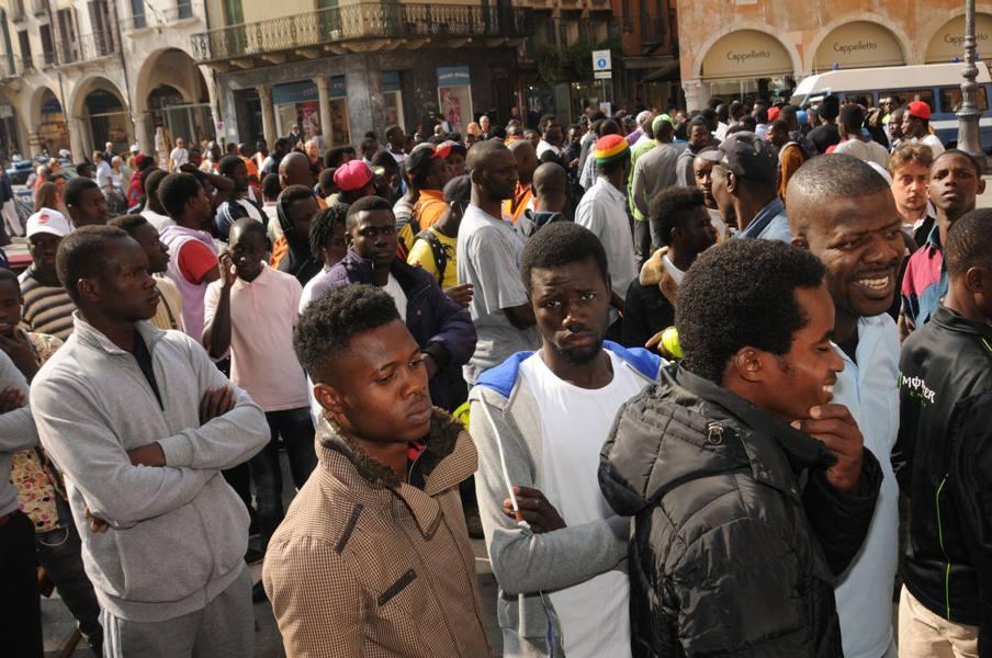 Si moltiplicano i «tribunali dei profughi» e anche gli arrivi: sfondata quota 15 mila
