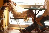 Cameriera fa sesso con clienti del bar E il titolare lo scrive su Facebook