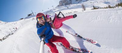 Sciare all'alba, ora la neve è «social»