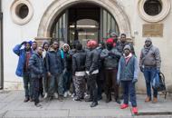 Freddo e niente acqua caldala protesta di trenta profughi
