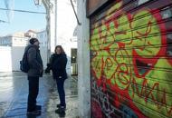 Rialto: murales, scritte e incisionigli sfregi sul ponte appena restaurato