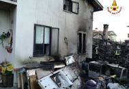 Rogo brucia baracche tra le caseVetri esplosi, tapparelle si sciolgonoGuarda le foto dell'incendio