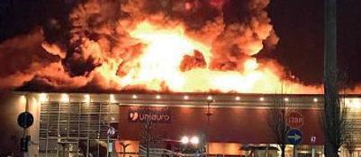Rogo distrugge il centro commercialeGuarda la fotogallery dell'incendioLe fiamme, la paura IL VIDEO
