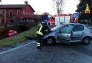 Scontro tra auto, cinque feriti