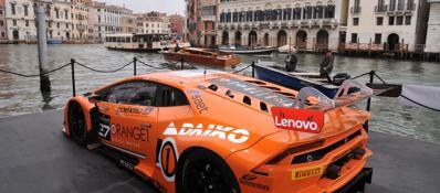 Venezia, una Lamborghinisul Canal GrandeGuarda la fotogallery