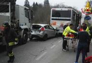 Schianto a Mel, auto finisce sotto bus carico di studenti: due i feriti