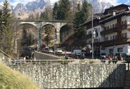 Suicida dal ponte dell'ex ferroviala tragedia in pieno centro