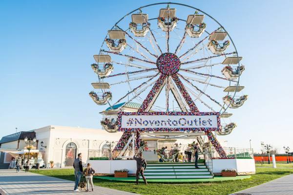 A Noventa di Piave una ruota panoramica ricoperta di fiori ...