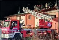 Fulmine sull'antenna, brucia il tettoLa famiglia: «È stata una cannonata»