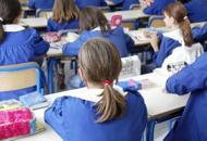 Botte, pizzicotti, urla contro i bimbi Maestra elementare a processo