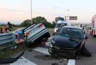 Schianto in A4 tra auto e tir: tre feriti