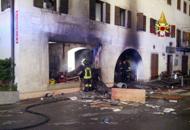 Incendio doloso distrugge pizzeriaFerito chi stava appiccando il rogo
