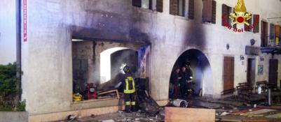 Incendio distrugge pizzeria,un ferito a Pieve di Cadore