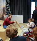 Bebe incontra una bimba disabilee si toglie la protesi: 'Non aver paura'Guarda il video della campionessa