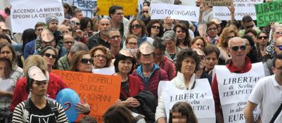 Vaccini, quattrocento in piazza«Sì alla libertà, no all'obbligo» | Video
