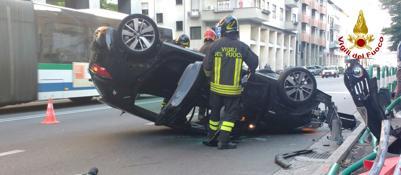 Auto si cappotta, tre feriti  Fotodanneggiate cinque auto in sosta