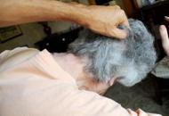 «Ha problemi di acqua in casa?»Giovane aggredisce anziana