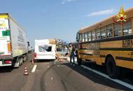 Scontro tra scuolabus e roulotteNessun ferito, rallentamenti sull'A4