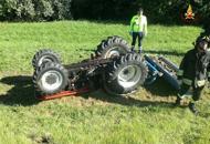 Sfalcia il prato con il trattore;il mezzo si ribalta: morto sul colpo