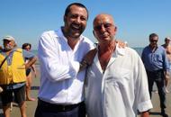 Salvini visita la spiaggia «fascista»«Solidarietà a Gianni» | Foto| Video