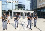 Uomo armato, paura al centro AdigeoMa era una guardia giurata