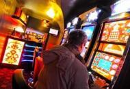 Lascia il figlio di 4 anni in autoper giocare alle slot machine