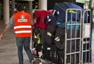 Rubava dalle valigie all'aeroportoDenunciato facchino