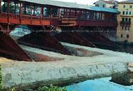 Ponte di Bassano, cantiere pericoloso«Il fiume preme sulle fondamenta»
