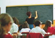 Scuola, posto di ruolo a 67 annima lo lascia a un docente giovane