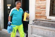 Venezia, il sindaco Brugnaro |Foto«spazzino» per un giorno |Video