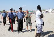 Ferragosto, a Sottomarina scontritra forze dell'ordine e abusivi |Foto