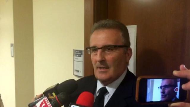 Permessi di soggiorno falsi, poliziotto in manette - Corriere TV
