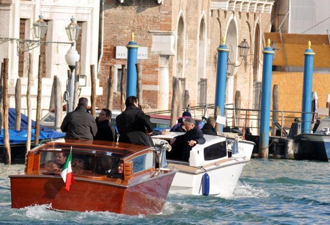 Il presidente del Consiglio Silvio Berlusconi a Venezia con la figlia Marina,  il sottosegretario Gianni Letta, il governatore Giancarlo Galan e il deputato Niccolò Ghedini. L'arrivo sul Canal Grande